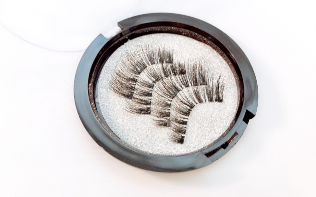 a box of two pairs of magnetic eyelashes